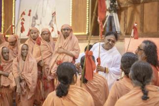 മാതാ അമൃതാനന്ദമയി മഠത്തിൽ ബ്രഹ്മചര്യസന്യാസ ദീക്ഷകൾ നൽകി