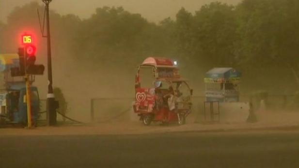 ഡൽഹി നഗരത്തിൽ കനത്ത പൊടിക്കാറ്റും മഴയും: വിമാന സർവീസും മെട്രോ സർവീസും നിർത്തിവെച്ചു