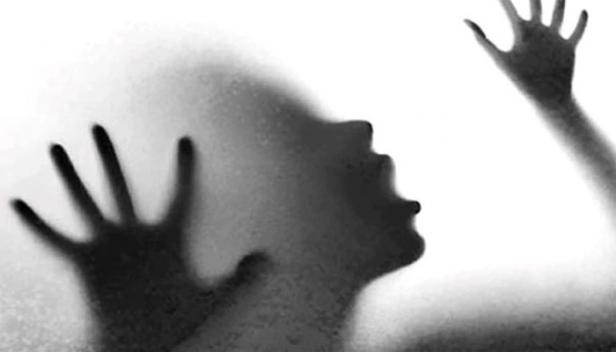 പാനീയത്തിൽ ലഹരിമരുന്ന് കലർത്തി നൽകി എസ്ഐ വനിതാ കോൺസ്റ്റബിളിനെ പീഡിപ്പിച്ചു; വീഡിയോ പകർത്തി ഭീഷണപ്പെടുത്തി പീഡനം തുടർന്നെന്നും കോൺസ്റ്റബിളിന്റെ പരാതി; മുംബൈ ക്രൈം ബ്രാഞ്ചിലെ ഉദ്യോഗസ്ഥനെതിരേ കേസ് രജിസ്റ്റർ ചെയ്തെങ്കിലും അറസ്റ്റ് ചെയ്യാതെ പൊലീസ്