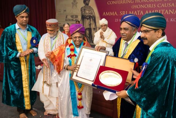 മൈസൂർ സർവകലാശാലയുടെ ഓണററി ഡോക്ടറേറ്റ് മാതാ അമൃതാനന്ദമയി ദേവിക്ക് സമ്മാനിച്ചു