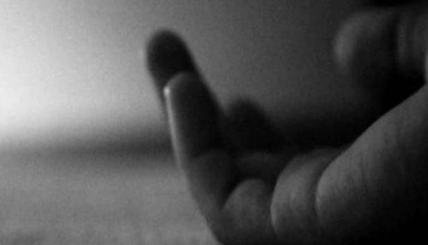 17 കാരി വീട്ടിൽ തൂങ്ങി മരിച്ച നിലയിൽ; യുവാവ് കൈഞരമ്പ് മുറിച്ച് രക്തം വാർന്ന നിലയിലും