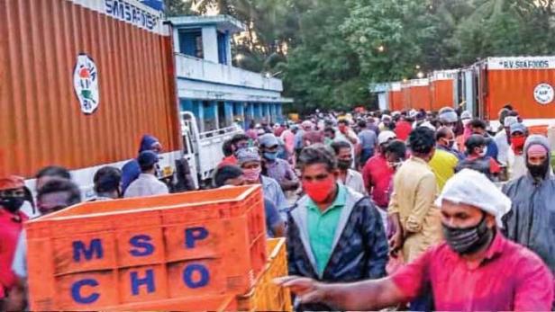 ചാവക്കാട് ബ്ലാങ്ങാട് മത്സ്യമാർക്കറ്റിൽ സാമൂഹിക അകലം പാലിക്കാതെ തടിച്ചുകൂടിയ വ്യാപാരികളും തൊഴിലാളികളും; 30 പേർക്കെതിരെ കേസെടുത്തു