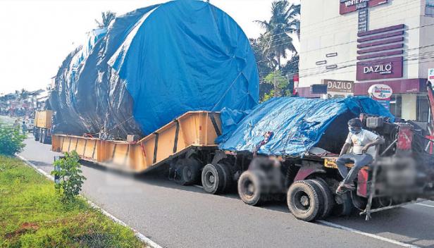 വി എസ്എസ്സിയിലേക്കുള്ള ഭീമൻ യന്ത്രവുമായി 74 ടയറുകളുള്ള പടുകൂറ്റൻ ലോറി തിരുവനന്തപുരത്തെത്തി; വൈദ്യുതികമ്പികളും മരച്ചില്ലകളും മുറിച്ചുമാറ്റിയുള്ല ലോറിയുടെ യാത്രയ്ക്ക് വഴിയൊരുക്കുന്നത് 32 ജീവനക്കാർ ചേർന്ന്: ഒരു വർഷം മുമ്പ് മുംബൈയിൽ നിന്നും പുറപ്പെട്ട വാഹനം ഇന്ന് വി എസ്എസ്സിയിലെത്തിക്കും