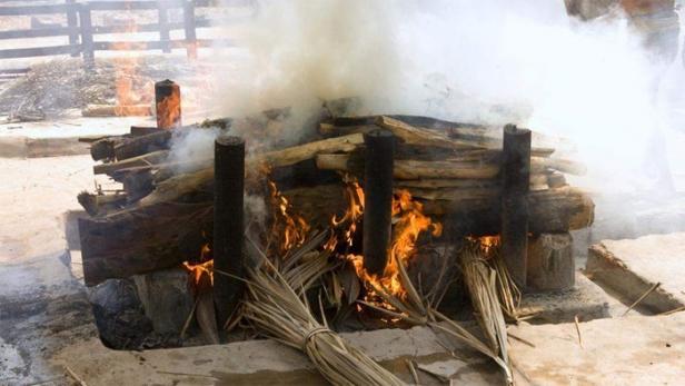 കോവിഡ് രോഗി മരിച്ചെന്ന് വിധിയെഴുതി; 72 കാരിയെ ചിതയിൽ കിടത്തിയപ്പോൾ കണ്ണുതുറന്നു കരഞ്ഞു; സംഭവം മഹാരാഷ്ട്രയിലെ ബാരാമതിയിൽ