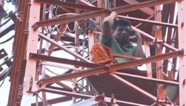 ലോക്ഡൗൺ കാലത്ത് പട്ടിണിയിൽ; ജീവിക്കാൻ വഴിയില്ല; ആലുവ ഏലൂക്കരയിൽ മൊബൈൽ ടവറിൽ കയറി ഓട്ടോ ഡ്രൈവറുടെ ആത്മഹത്യാ ഭീഷണി
